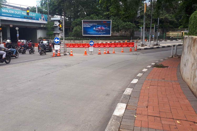 Cone traffic dipasang di kawasan Dukuh Bawah, Jakarta Selatan, saat pemberlakuan uji coba sistem satu arah di kawasan itu. Foto diambil Rabu (13/2/2019).