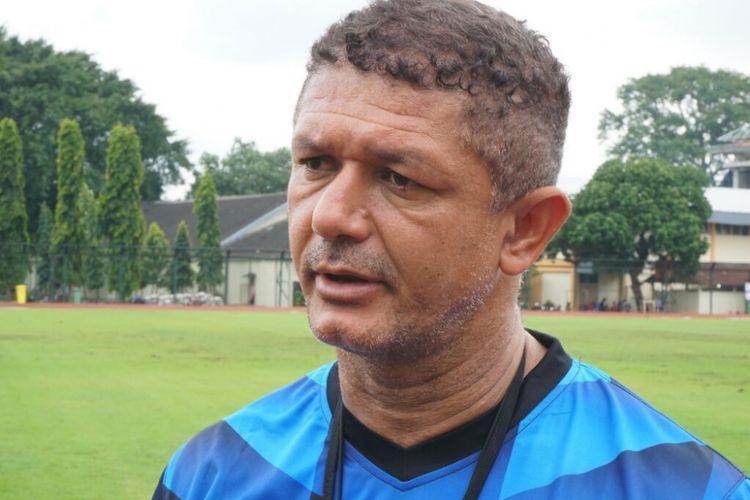 Pelatih Madura United Gomes de Oliveira.
