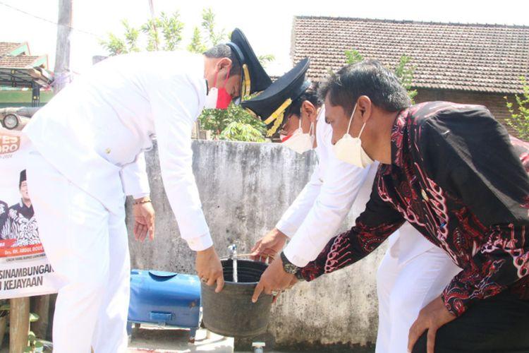 Bupati Lamongan Yuhronur Efendi (kiri) bersama Wakil Bupati Abdul Rouf, saat mencoba suplai air bersih dari Offtake Mantup, Selasa (17/8/2021).