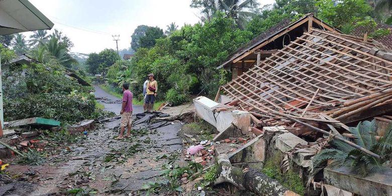 Foto-foto bangunan rusak akibat pergeseran tanah akibat cuaca buruk di Kecamatan Cibalong, Kabupaten Tasikmalaya, Rabu (10/2/2021).