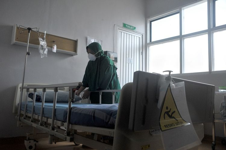 Petugas Rumah Sakit Umum Moehamad Hoesin (RSMH) Palembang menyiapkan ruangan isolasi tekanan rendah di salah satu bagian RSMH Palembang, Sumsel, Senin (27/1/2020). Rumah Sakit Moehamad Hoesin menyediakan dua ruang isolasi bertekanan rendah dengan 30 orang petugas siaga sebagai bentuk kesiapan menangani Wabah virus corona. ANTARA FOTO/Feny Selly/foc.