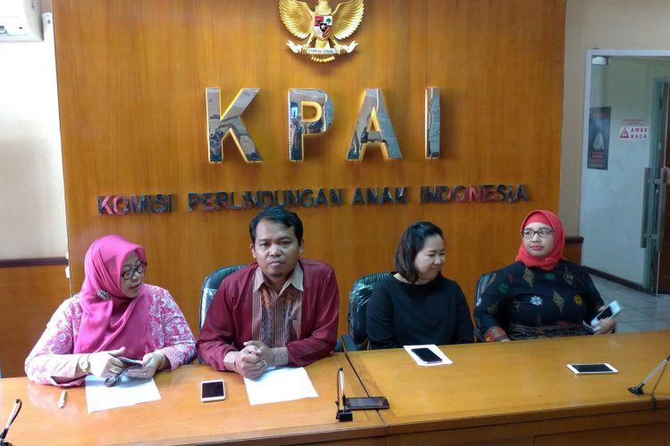 (ki-ka) Komisioner KPAI, Margaret Aliyatul Maimunah; Ketua KPAI Susanto; Local Marketing Tik Tok, Dini; serta Komisioner KPAI, Retno Listyarti di Jakarta, Senin (9/7/2018).