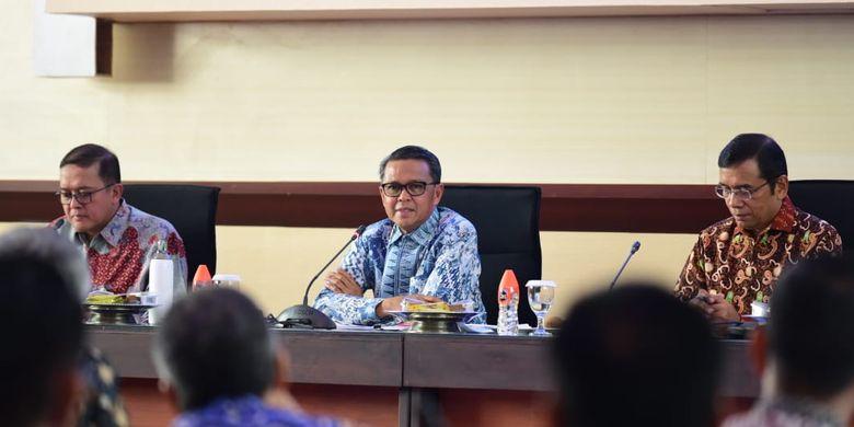 Gubernur Sulawesi Selatan (Sulsel) Nurdin Abdullah (tengah) saat memimpin High Level Meeting Tim Pengendalian Inflasi Daerah (TPID) Provinsi Sulawesi Selatan dan Kabupaten Kota Se-Sulawesi Selatan, di Kantor Gubernur Sulsel, Jumat (15/11/2019).