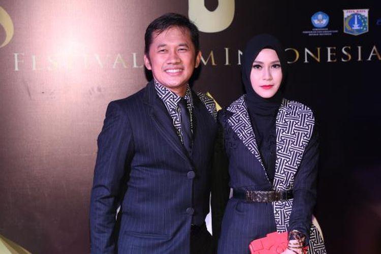 Pasangan Hanung Bramantyo dan Zaskia Adya Mecca diabadikan saat menghadiri malam puncak Festival Film Indonesia (FFI) 2016 di Teater Besar Taman Ismail Marzuki, Jakarta. Minggu (6/11/2016). Ajang penghargaan bagi insan perfilman Indonesia FFI 2016 kali ini mengangkat temaRestorasi Film.