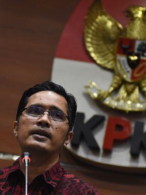 Juru bicara KPK Febri Diansyah memberi keterangan pers di Gedung KPK, Jakarta, Selasa (18/12/2018). KPK kembali menetapkan Bupati nonaktif Mojokerto Mustofa Kamal Pasa sebagai tersangka tindak pidana pencucian uang (TPPU) sebesar Rp34 miliar yang diduga bersumber dari hasil gratifikasi sejumlah proyek di Mojokerto. Sebelumnya KPK telah menetapkan Mustofa sebagai tersangka suap Pengurusan Izin Pemanfaatan Ruang dan IMB sejumlah menara telekomunikasi di Kabupaten Mojokerto. ANTARA FOTO/Indrianto Eko Suwarso/kye.