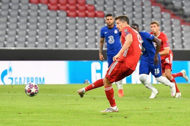 Penyerang Bayern Muenchen, Robert Lewandowski, saat mencetak gol penalti pada laga Bayern Muenchen vs Chelsea di leg kedua 16 besar Liga Champions di Stadion Allianz, Minggu (9/9/2020).