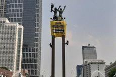 Empat Orang Panjat Patung Bundaran HI untuk Pasang Spanduk, Abaikan Satpol PP yang Suruh Turun