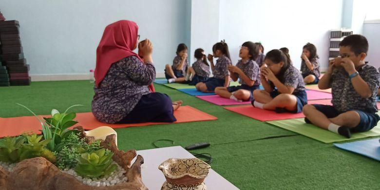 Kegiatan mindfulness drinking yang dilakukan siswa kelas 2 dalam A Day of Mindfulness digelar serentak Global Sevilla School unit Puri Indah dan Pulomas, Jakarta (8/10/2019).