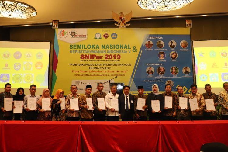 Kepala Perpustakaan Nasional Muhammad Syarif Bando berfoto bersama Rektor Perguruan Tinggi Se-Indonesia setelah penandatanganan MoU di sela Semiloka Nasional Kepustakawanan Indonesia V di Hotel Novotel Bandar Lampung Kamis (3/10/2019).