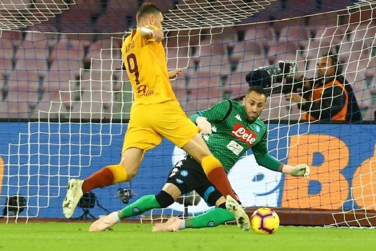 David Ospina mencoba menahan tendangan Edin Dzeko pada pertandingan Napoli vs AS Roma di Stadion San Paolo dalam lanjutan Liga Italia, 28 Oktober 2018.