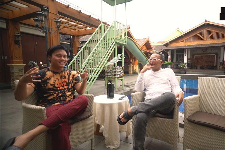 Komedian Sule berbincang dengan putra sulungnya, penyanyi Rizky Febian.