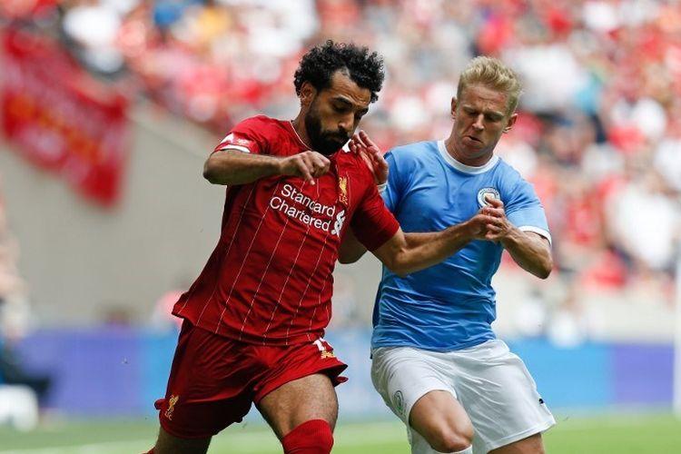 Pemain sayap Liverpool, Mohamed Salah, ditempel bek Manchester City, Oleksandr Zinchenko, pada pertandingan Liverpool vs Man City dalam Community Shield 2019 di Stadion Wembley, 4 Agustus 2019.