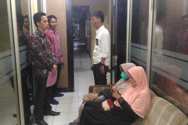 Nenek Irawati didampingi kerabat dan penasihat hukumnya saat melapor ke Polda Lampung, Senin (17/2/2020) malam.