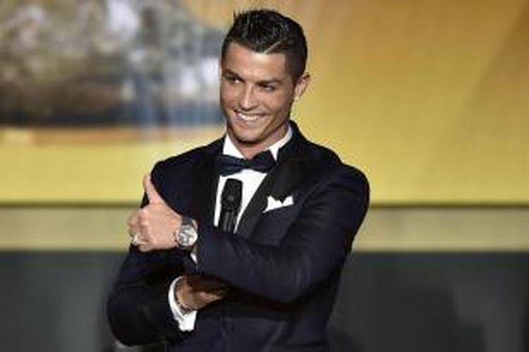 Pemain Real Madrid, Cristiano Ronaldo, berbicara di atas panggung saat acara FIFA Ballon d'Or 2015 di Zurich, Swiss, pada Senin (11/1/2016) atau Selasa dini hari WIB.