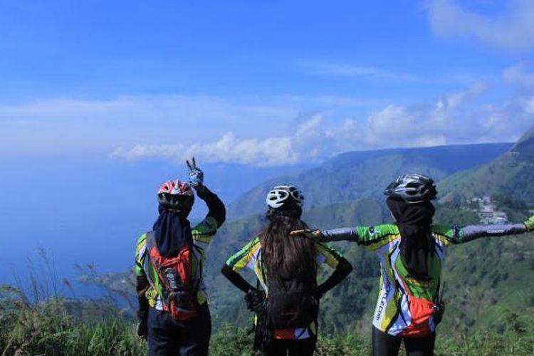 Menikmati pemandangan Danau Toba usai bersepeda.