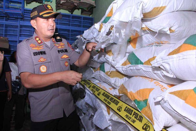 Kapolres Madiun, AKBP Eddwi Kurniyanto menunjukkan 4,5 ton gula pasir yang disita dari tangan pemilik toko pakan burung lantaran menjualnya tanpa ijin dari pemerintah dan menjual dengan harga diluar kewajaran.