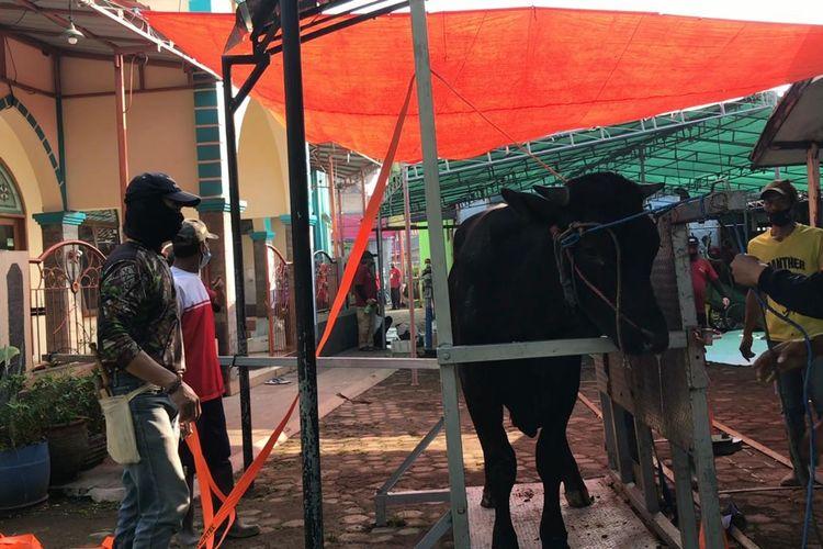 Alat bantu pemotong hewan kurban di Masjid Jami Al Furqon, Buahbatu, Bandung, Selasa (20/7/2021). Alat ini membuat proses penyembelihan kurban lebih cepat.