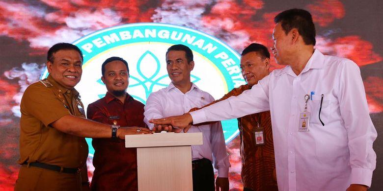 Menteri Pertanian Andi Amran Sulaiman (tengah) bersama jajaran terkait secara bersama-sama menekan tombol tanda diresmikannya Kampus II Bone Politeknik Pembangunan Pertanian (Polbangtan) Gowa di Bone Sulawesi Selatan, Senin (4/8/2019).