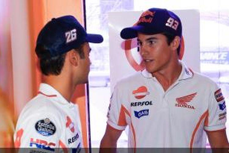 Pebalap Honda asal Spanyol, Marc Marquez (kanan) dan Dani Pedrosa, berdiskusi setelah menjalani pemeriksaan Race Direction, Kamis (10/10/2013) di Sirkuit Sepang, atas insiden yang terjadi pada GP Aragon.