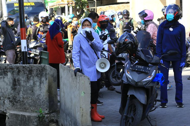 Wali Kota Surabaya Tri Rismaharini menggunakan bahasa Madura untuk mengingatkan warga di Surabaya Utara agar tetap patuh menerapkan protokol kesehatan, terutama menggunakan masker, Minggu (16/8/2020).