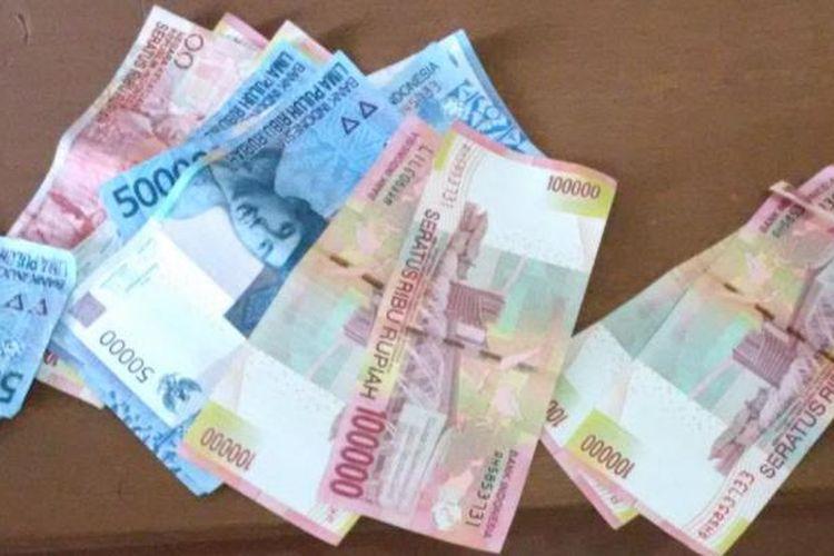 Uang palsu yang diedarkan pelaku ibu rumah tangga kepada para pedagang saat diamankan dikantor Mapolsek Rasanae Barat, Kota Bima, Rabu (23/11/2016)