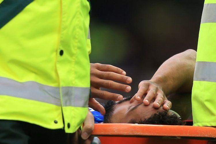 Theo Walcott ditandu keluar lapangan seusai mengalami benturan di kepalanya pada pertandingan Everton vs Manchester City dalam lanjutan Liga Inggris di Stadion Goodison Park, 28 September 2019.