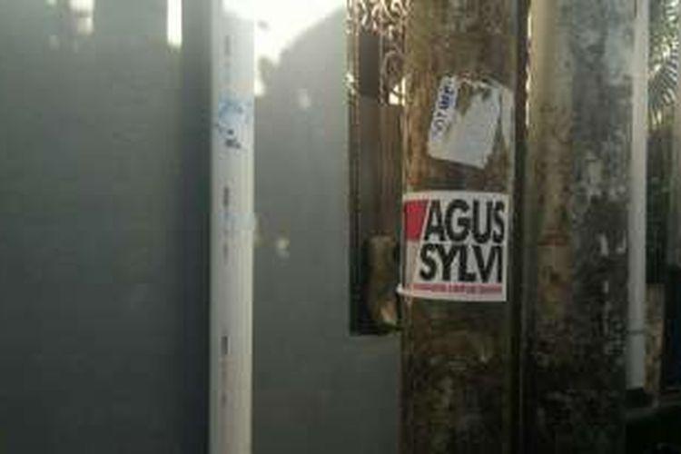 Stiker pasangan Agus Harimurti Yudhoyono-Sylviana Murni yang dipasang di tiang listrik di Jalan Menteng Atas Selatan, Kelurahan Menteng Atas, Setiabudi, Jakarta Selatan. Foto diambil Senin (2/1/2017).