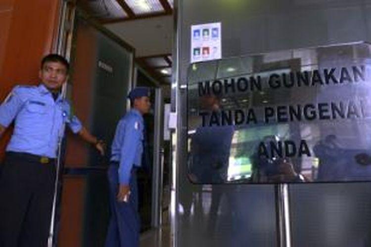 Petugas pengamanan dalam (Pamdal) berjaga di Kompleks Gedung Parlemen, Jakarta, Selasa (14/4/2015). DPR dan kepolisian berencana membentuk polisi parlemen untuk penataan dan pengaturan keamanan di Kompleks DPR lebih efektif. Rencana pembentukan polisi parlemen banyak mendapat tentangan.
