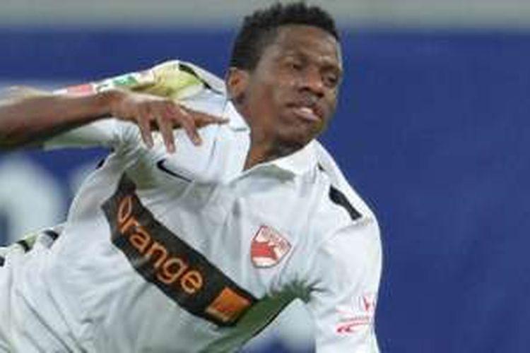 Gelandang Dinamo Bucure?ti asal Kamerun, Patrick Ekeng terjatuh saat membela timnya ketika bertanding lawan FC Viitorul Constan?a pada Jumat (6/5/2016) sore waktu Rumania. Nyawa Ekeng tak tertolong sesampainya di rumah sakit.