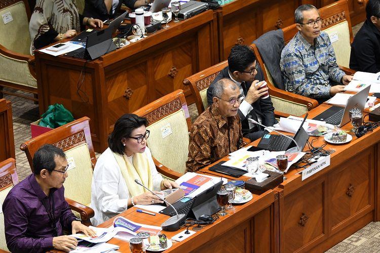 Ketua Komisi Pemberantasan Korupsi (KPK) Agus Rahardjo (tengah) didampingi Wakil Ketua KPK Alexander Mawarta (kanan), Saut Situmorang (kiri), Basaria Panjaiotan (kedua kiri), dan La Ode Muhammad Syarif (kedua kanan) mengikuti rapat dengan Komisi III DPR RI di kompleks Parlemen, Jakarta, Rabu (27/11/2019). Rapat membahas evaluasi kinerja KPK masa kerja 2015-2019. ANTARA FOTO/Aditya Pradana Putra/foc.   *** Local Caption ***