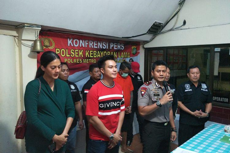 Rilis pencuri motor Baim Wong di Polsek Kebayoran Lama, Jakarta Selatan, Minggu (17/11/2019). Terlihat di dalamnya Paula Verhoeven, Baim Wong, dan Kapolsek Metro Kebayoran Lama Kompol Indra Ranudikarta.