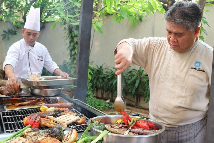 Chef Deden dan Chef Moko sedang melakukan pemanggangan dalam teknik barbekyu di Hotel Wyndham Casablanca Jakarta, Jumat (20/12/2019).