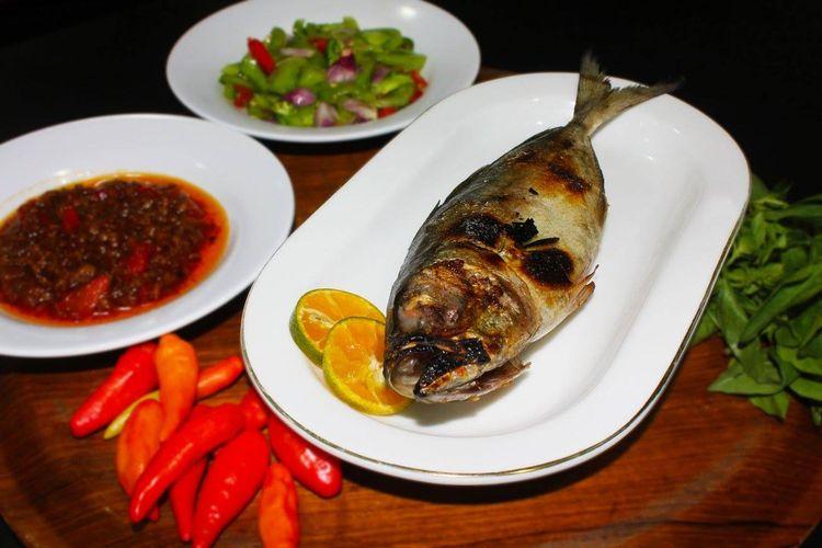 Ikan tude bakar di Restoran Itude Manado.