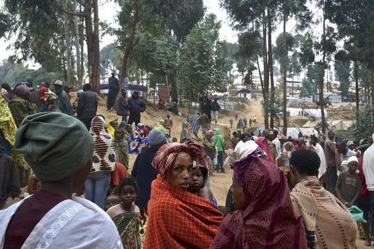 Pengungsi asal Kongo menunggu pemberian bantuan pangan di salah satu pos penampungan di Rwanda.