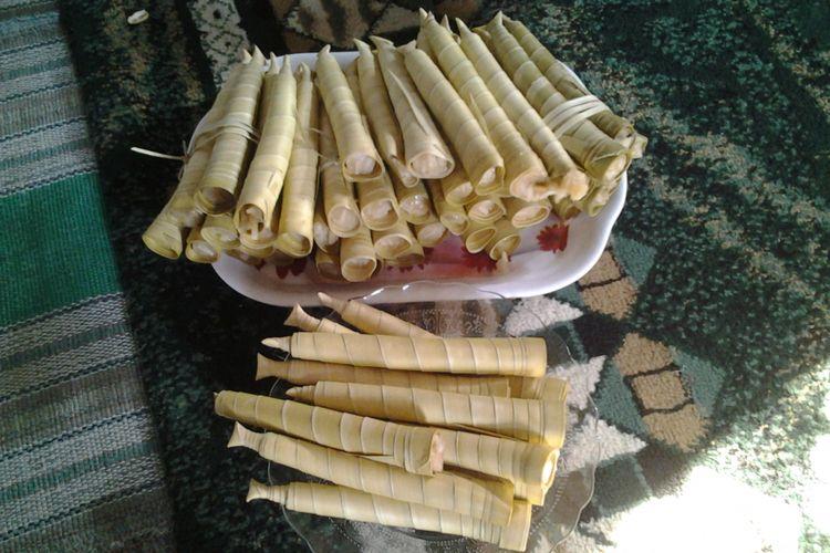 Dumbek, makanan khas Rembang yang dibungkus daun Lontar. KOMPAS.travel /Slamet Priyatin