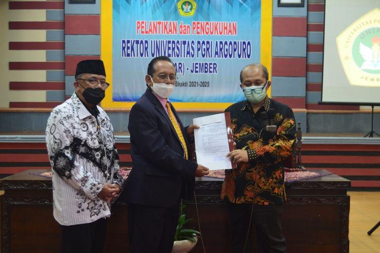 Penyerahan berkas alis status IKIP PGRI Jember menjadi Universitas PGRI Argopuro pada Sabtu (1/5/2021)