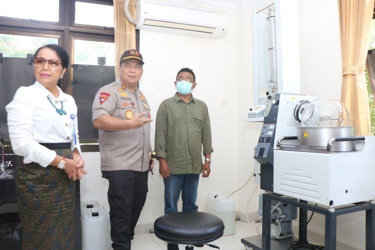Kapolda Bali, Irjen Petrus Reinhard Golose di Laboratorium Unud, Senin (30/3/2020).
