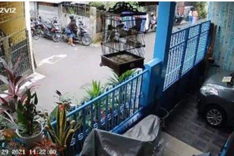 Tangkapan layar akun @jakarta.terkini aksi pencurian motor yang terekam CCTV di Jalan Indraloka 1, Gang 2, RT08/10, Wijaya Kususma, Grogol Petamburan, Jakarta Barat pada Sabtu (29/5/2021).