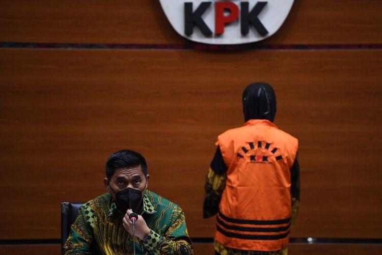 Direktur Penindakan KPK Karyoto (kiri) memberikan keterangan terkait penahanan tersangka kasus dugaan korupsi Perum Jasa Tirta II Andririni Yaktiningsasi di gedung KPK, Jakarta, Jumat (3/9/2021). KPK resmi menahan Andririni terkait kasus dugaan korupsi pengadaan jasa konsultasi di Perum Jasa Tirta II tahun 2017 yang merugikan negara hingga Rp3,6 milliar. ANTARA FOTO/Akbar Nugroho Gumay/aww.