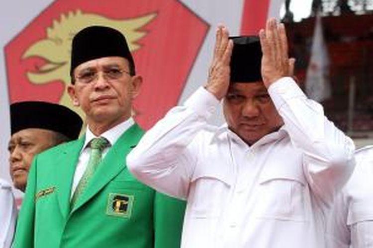 Ketua Dewan Pembina Partai Gerindra, Prabowo Subianto (kanan), bersama Ketua Partai Persatuan Pembangunan Suryadharma Ali (kiri), menghadiri kampanye Partai Gerindra di Stadion Utama Gelora Bung Karno, Minggu (23/3/2014).