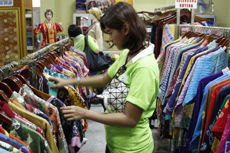 Irma Sasirangan, salah satu penjual kain tradisional khas Banjar di Kampung Batik Sasirangan, Banjarmasin, Kalimantan Selatan, Selasa (25/4/2017).
