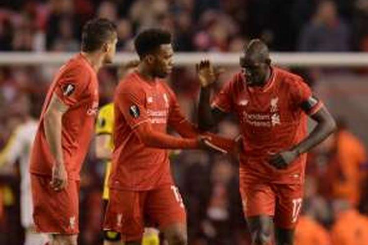 Bek Liverpool asal Perancis, Mamadou Sakho (kanan), melakukan selebrasi bersama rekannya yang merupakan striker asal Inggris, Daniel Sturridge (tengah), usai mencetak gol ke gawang Borussia Dortmund pada leg kedua perempat final Liga Europa di Anfield, Kamis (14/4/2016).