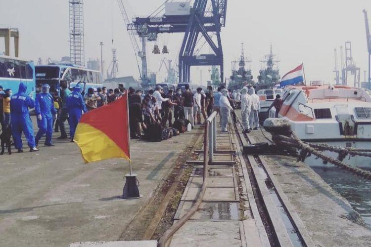 Sebanyak 185 Anak Buah Kapal (ABK) Warga Negara Indonesia (WNI) kapal Zuiderdam berhasil dievakuasi ke Dermaga JICT II, Pelabuhan Tanjung Priok, Jakarta Utara, barang barang yang didatangkan dari luar negeri disebut, pedagang yang mendatangkan barang dari luar negeri disebut. (Kamis,6/8/2020).