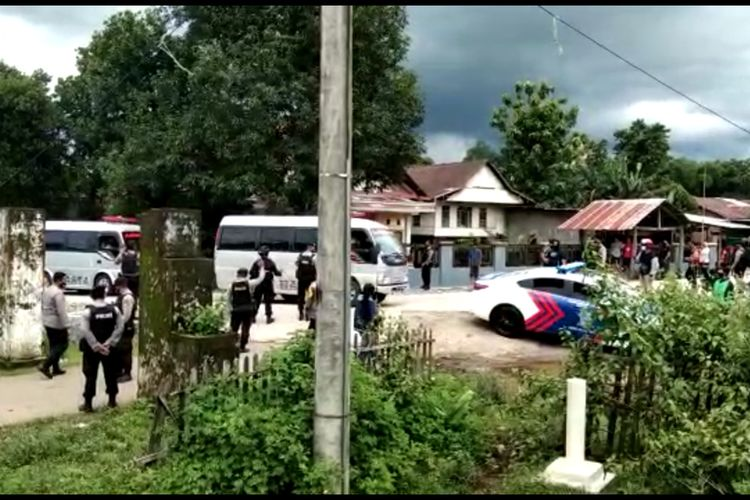 Dua mobil ambulance yang membawa jenazah dua terduga teroris yang tewas tertembak oleh Densus 88 Anti Teror tiba di Desa Paccellekang, Kecamatan Pattalassang, Kabupaten Gowa, Sulawesi Selatan dengan pengawalan aparat kepolisian. Kamis, (7/1/2021).