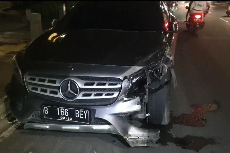 Mercedes warna hitam B 166 BEY yang diketahui dikemudikan oleh Salshabila Adriani menabrak dua kendaraan di Jalan Kemang Raya, Mampang Prapatan, Jakarta Selatan, Selasa (15/12/2020) pukul 20.30 WIB.