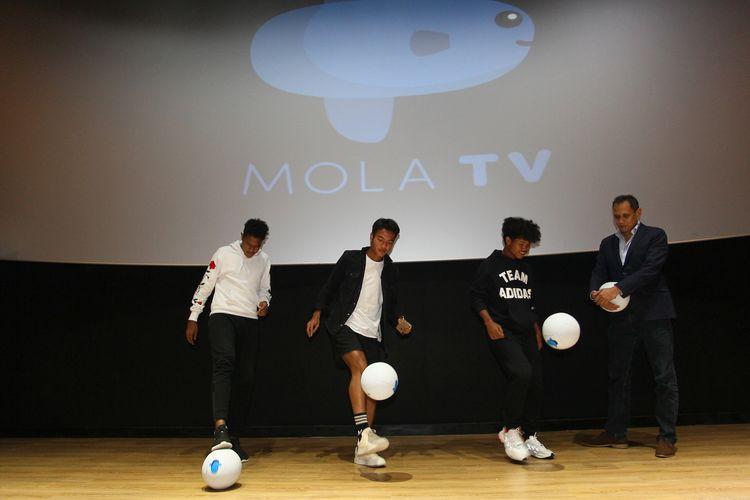 Tiga pemain muda Indonesia peserta program Garuda Select (dari kiri-kanan), yakni Braif Fatari, Brylian Aldama, dan Bagus Kahfi, di dampingi Mirwan Suwarso, ketika sesi tanya jawab beserta rekan-rekan media pada acara Konferensi Pers Mola TV dan Screening Film Dokumenter Garuda Select - The Series, di Jakarta, Senin (28/10/2019).