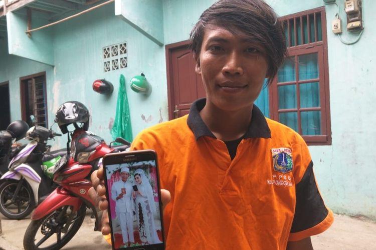 Bambang Irawan (28) Petugas PPSU Pondok Labu yang Menikahi Bule Cantik Asal Austria saat ditemui di rumahnya di Jalan Bango II, Pondok Labu, Jakarta Selatan, Kamis (29/8/2019).