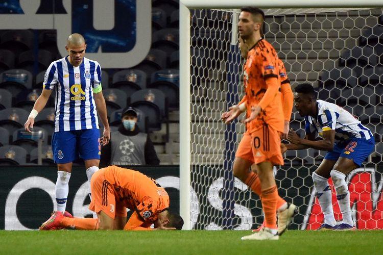 Reaksi penyerang Cristiano Ronaldo (tengah) dalam laga leg pertama babak 16 besar Liga Champions, FC Porto vs Juventus, di Stadion do Dragao, Portugal, 17 Februari 2021.