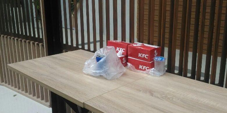 Sampah makanan dan minuman yang ditinggalkan calon penumpang kereta bandara di Railink Loung Stasiun Sudirman Baru, Kamis (28/12/2017).