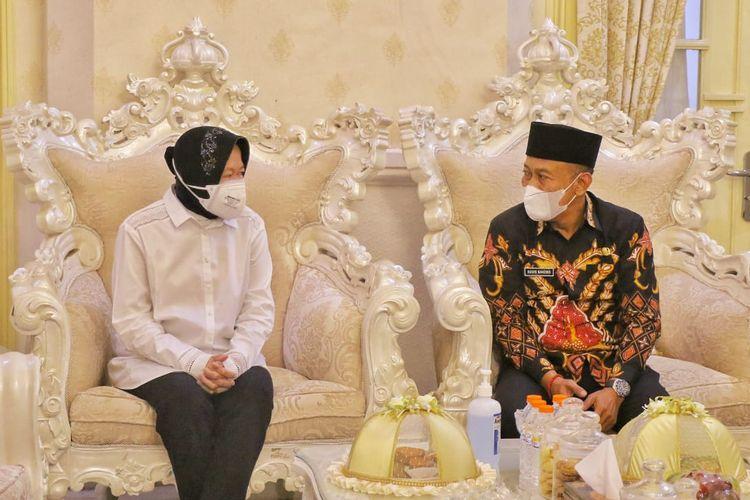 Bupati Ponorogo Sugiri Sancoko saat bertemu Menteri Sosial Tri Rismaharini di pendopo Kantor Bupati Ponorogo, Senin (14/6/2021).